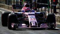 Lucas Auer testuje první den vůz Force India VJM10 - Mercedes v Maďarsku
