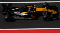Nicholas Latifi testuje první den vůz Renault RS17 v Maďarsku