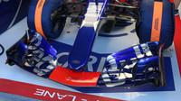 Přední křídlo vozu Toro Rosso STR12 - Renault při testech v Maďarsku