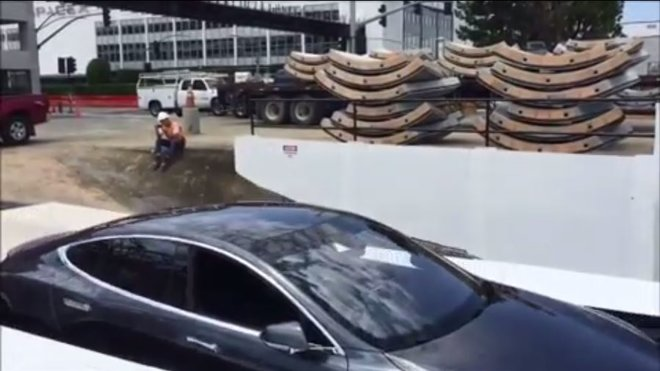 Tesla Model S na výtahu do tunelů