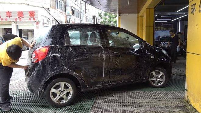 O mytí automobilů v Číně se starají velmi laciné specializované dílny