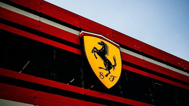 Logo Ferrari na budově továrny závodního týmu