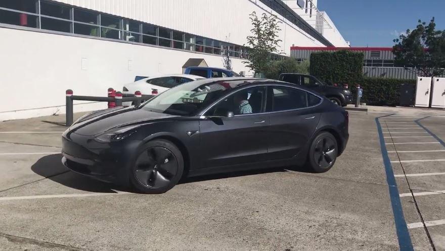 """Tesla Model 3 se speciálními """"Aero"""" kryty kol"""