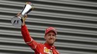 Sebastian Vettel se svou trofejí po závodě v Belgii