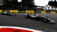 Kevin Magnussen a Romain Grosjean v závodě v Belgii