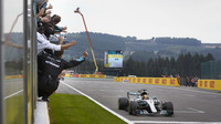 Lewis Hamilton v cíli závodu v Belgii