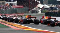Max Verstappen a Daniel Ricciardo při startu závodu v Belgii