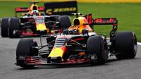 Max Verstappen a Daniel Ricciardo v závodě v Belgii