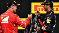 Daniel Ricciardo a Sebastian Vettel na pódiu po závodě v Belgii