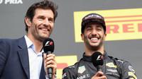 Mark Webber při rozhovoru s Danielem Ricciardem na pódiu po závodě v Belgii