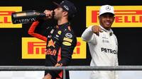 Daniel Ricciardoa Lewis Hamilton na pódiu po závodě v Belgii