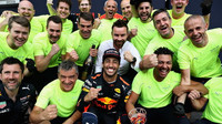 Daniel Ricciardo se svými mechaniky po závodě v Belgii