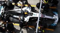 Lewis Hamilton v boxech u svých mechaniků