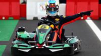 Daniel Ricciardo s motokárou v Itálii