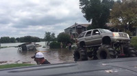 Upravené Monster-Trucky zachraňují v USA i uvízlé náklaďáky národní gardy