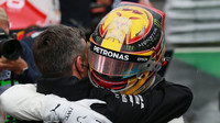 Lewis Hamilton se raduje s pole position p deštivé kvalifikaci v Itálii