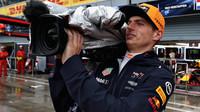 Max Verstappen v roli kameramana počas přerušené kvalifikace v Itálii