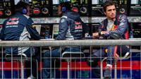 Carlos Sainz čeká na pitwall pokračování kvalifikace v Itálii