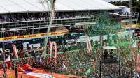 Fanoušci pod pódiem po závodě v Itálii