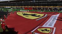Fanoušci Ferrari - Tifosi pod pódiem po závodě v Itálii