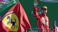 Sebastian Vettel na pódu po závodě v Itálii