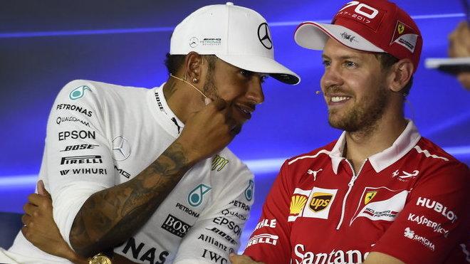 Co myslíš, mám aspoň jednou odpadnout, aby to bylo zajímavější? (Hamilton a Vettel, ilustrační foto)