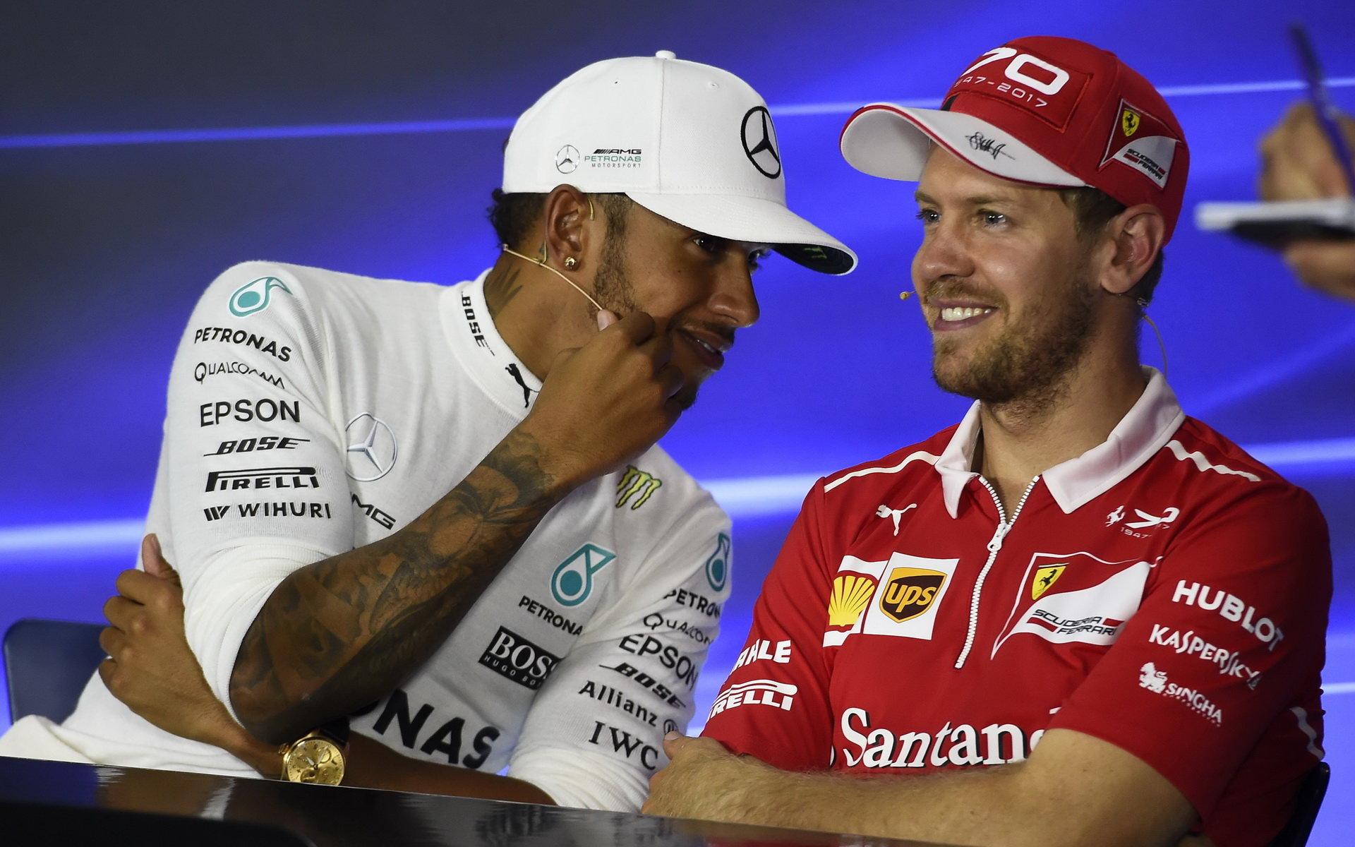 Lewis Hamilton a Sebastian Vettel na tiskové konferenci