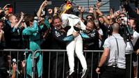 Lewis Hamilton se raduje s vítězství po závodě v Itálii