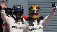 Lewis Hamilton a Valtteri Bottas po závodě v Itálii