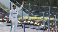 Lewis Hamilton na pódiu po závodě v Itálii