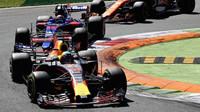 Daniel Ricciardo a Carlos Sainz v závodě v Itálii
