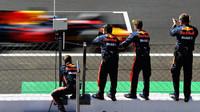 Mechanici týmu Red Bull po závodě v Itálii