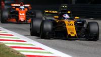 Jolyon Palmer a Fernando Alonso v závodě v Itálii