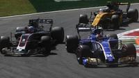 Pascal Wehrlein, Romain Grosjean a Jolyon Palmer v závodě v Itálii