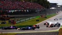 Carlos Sainz a Marcus Ericsson v závodě v Itálii