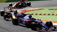 Carlos Sainz, Daniel Ricciardo a Stoffel Vandoorne v závodě v Itálii