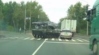 """""""Driftující"""" obrněný transportér BMD-2 smetl Škodu Yeti ze silnice"""