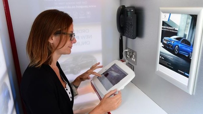 Nejmenší dealerství na světě vlastní Peugeot a má podobu telefonní budky