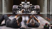Práce na modelu monopostu F1 v aerodynamickém tunelu