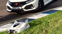 Honda Civic Type R spolu se svou zmenšenou kopií, která vám poseká trávník
