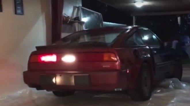 Nissan 300ZX na cestě do obýváku, kde v bezpečí přečkal hurikán Irma