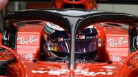 Kimi Räikkönen s ochranou kokpitu při tréninku v Singapuru