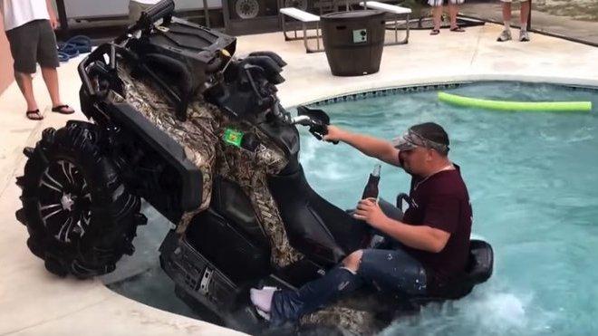 Zatímco většina Floridy se snažila ukrýt před hurikánem, tenhle chlapík se pokoušel utopit čtyřkolku v bazénu