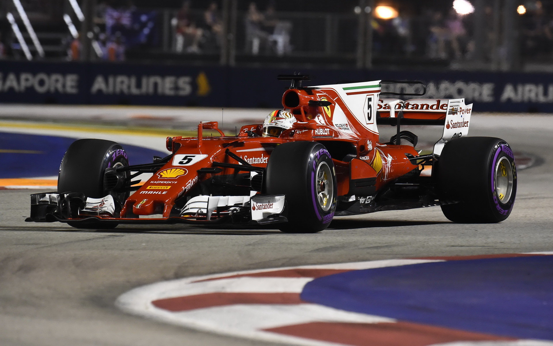 Sebastian Vettel během povedené kvalifikace v Singapuru