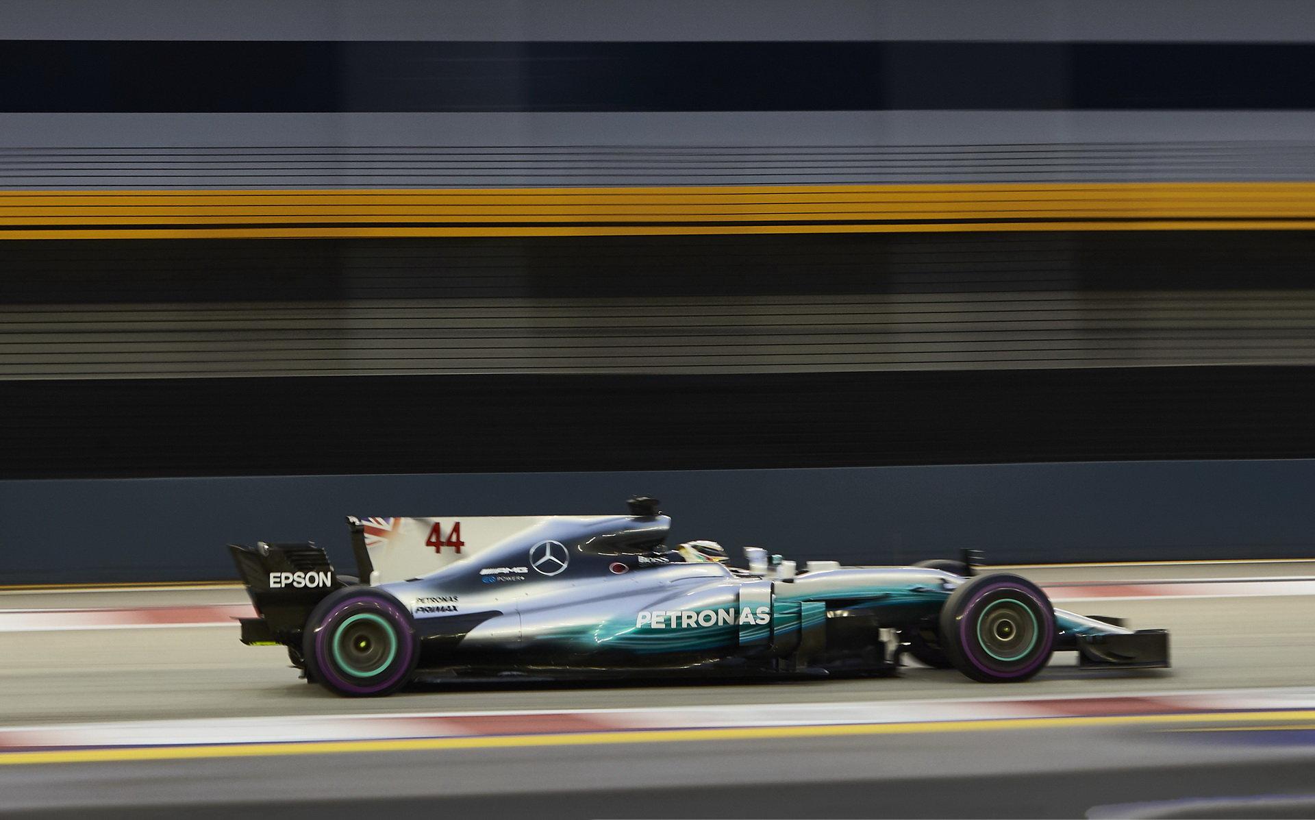 Lewis Hamilton využil problémů svých soupeřů a nečekaně v Singapuru vyhrál