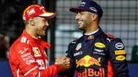 Sebastian Vettel a Daniel Ricciardo po kvalifikaci v Singapuru