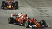 Sebastian Vettel a Max Verstappen v zaváděcím kole před závodem v Singapuru