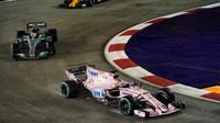 Sergio Pérez a Valtteri Bottas v závodě v Singapuru