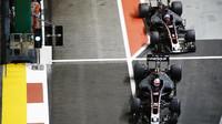Kevin Magnussen a Romain Grosjean v závodě v Singapuru