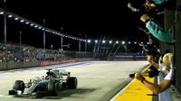 Lewis Hamilton v cíli závodu v Singapuru